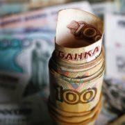 Рубль слабо реагирует на движение нефтяных котировок и остается стабилен по отношению к доллару